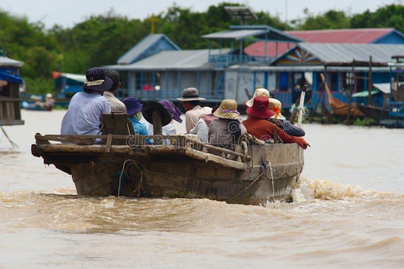 sväva byn på Tonle underminera sjön royaltyfria foton