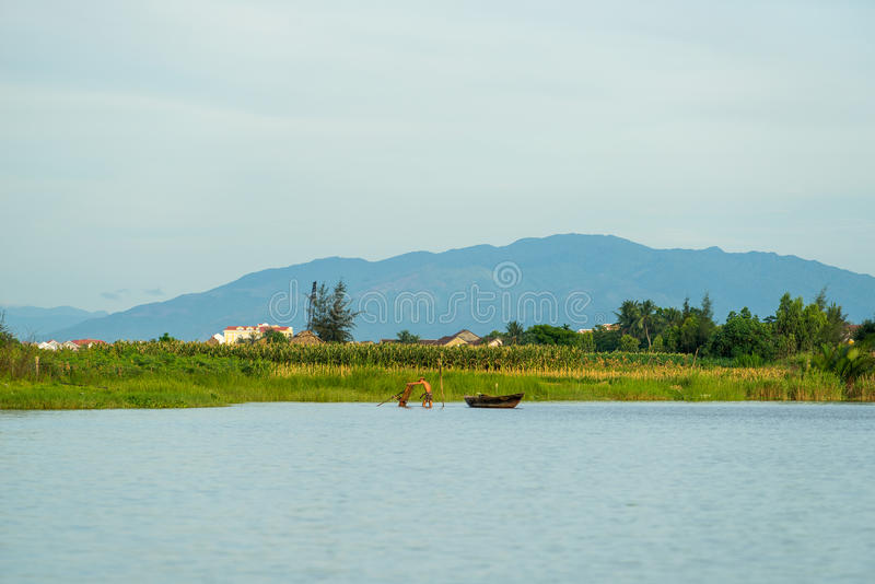 Sväva fartyg på den Thu Bon floden nära forntida Hoi An royaltyfri bild
