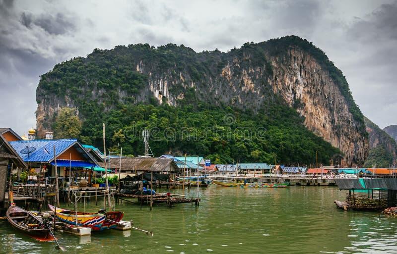 Sväva fiskeläget för Koh Panyi bosättningmuslim som byggs på styltor Phang Nga fjärd, Krabi, Thailand royaltyfria bilder