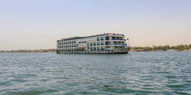 Sväva hotellet på Nile River Kryssningarna för turist- fartyg mellan Luxor och Aswan i övreEgypten arkivfoton