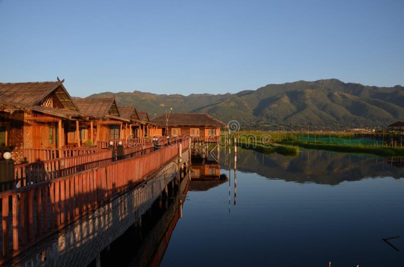 Sväva hotellet på sjön Inle royaltyfria foton