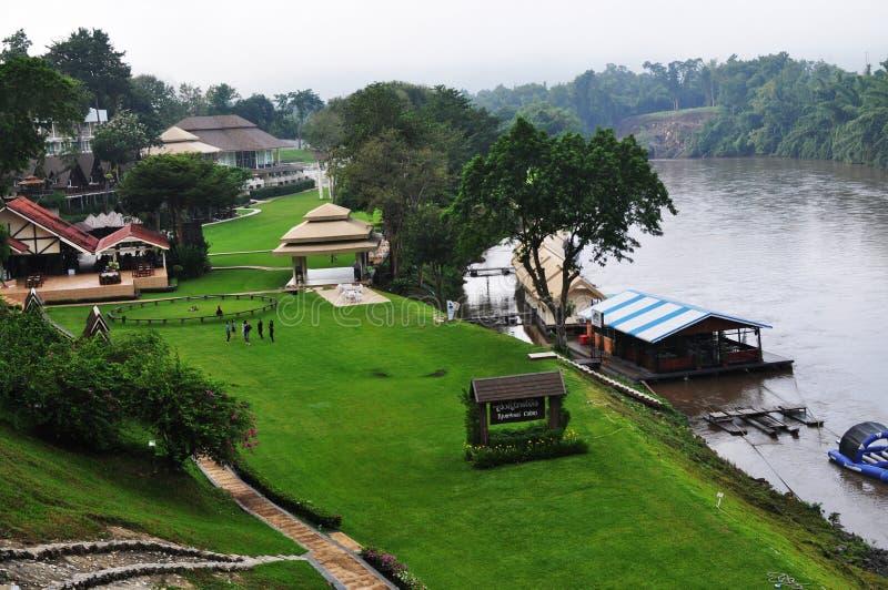 Sväva huset i floden Kwai Kanchanaburi fotografering för bildbyråer