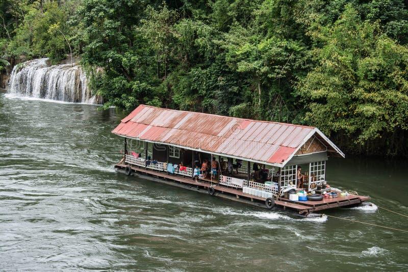 Sväva huset i floden Kwai Taget på den Sai Yok Yai vattenfallet thailand royaltyfri fotografi
