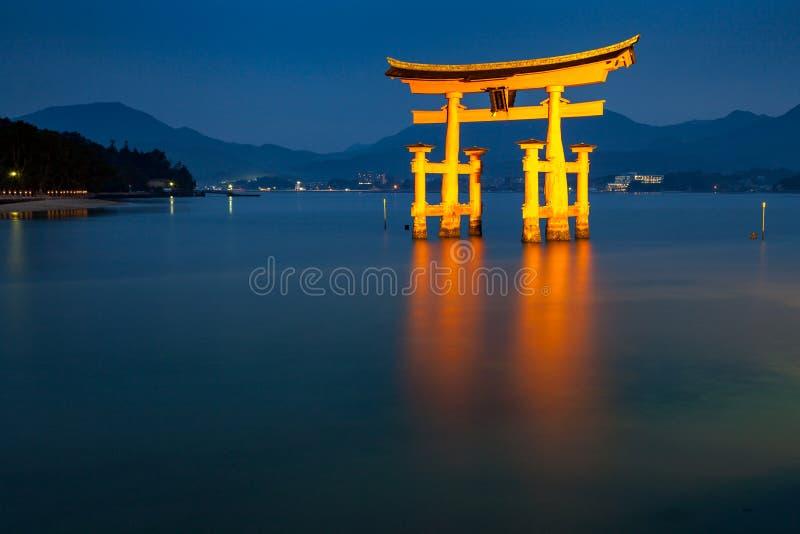 Sväva portjätten Torii av den Itsukushima relikskrin arkivbild