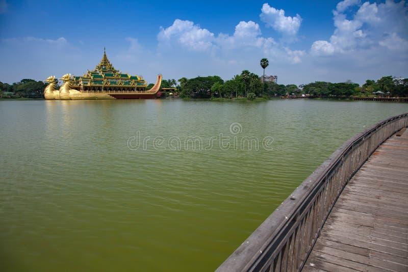 Sväva pråm Karaweik Hall på Kandawgyi sjön royaltyfria bilder
