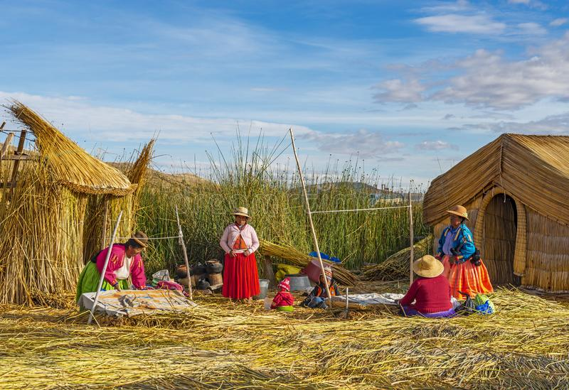 Sväva Reed Islands av Uros People, Titicaca sjö, Peru royaltyfri foto