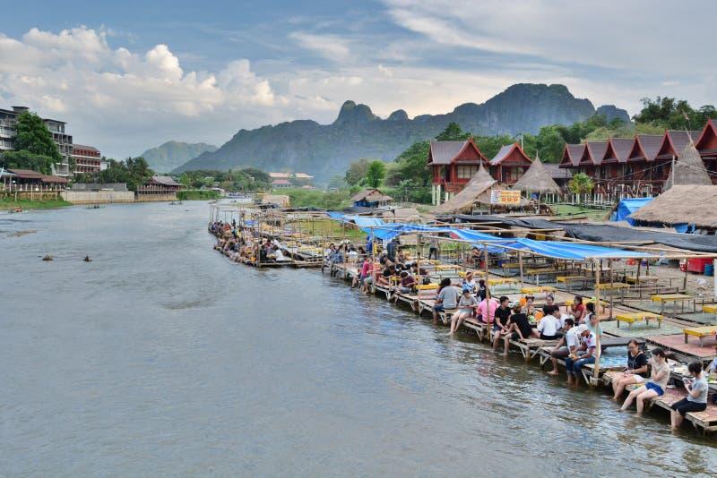 Sväva restaurangen på den Nam Song floden Vang Vieng laos royaltyfria foton
