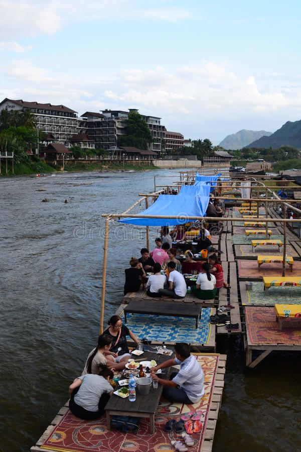 Sväva restaurangen på den Nam Song floden Vang Vieng laos royaltyfri fotografi