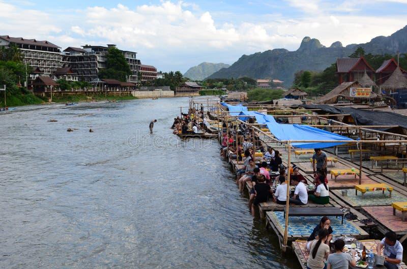 Sväva restaurangen på den Nam Song floden Vang Vieng laos royaltyfri foto