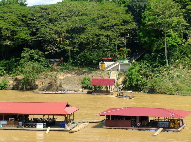 Sväva restauranger på den Tembeling floden, Taman Negara medborgare P arkivbilder