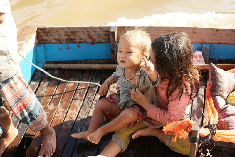 Sväva by. Tonle underminerar laken. Cambodja. arkivbild