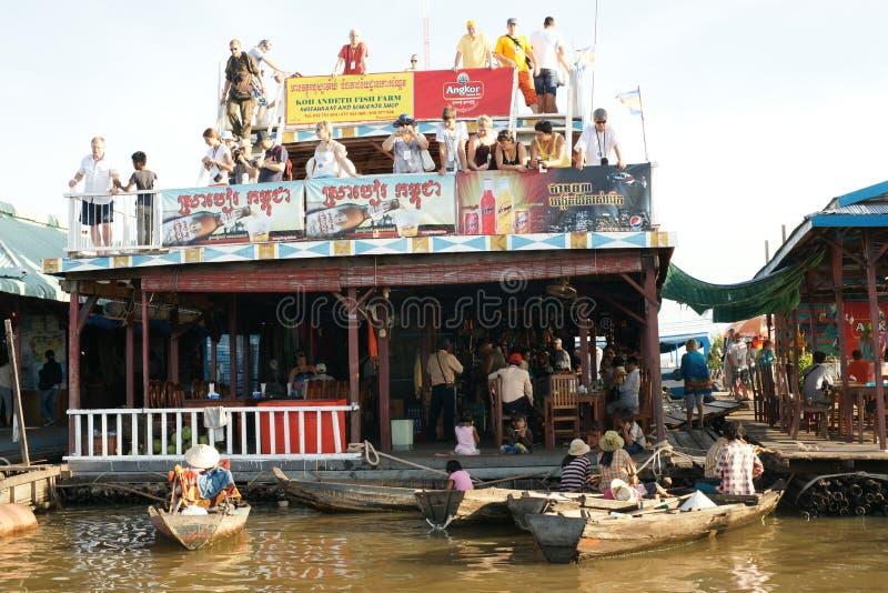 Sväva by. Tonle underminerar laken. Cambodja. royaltyfri fotografi
