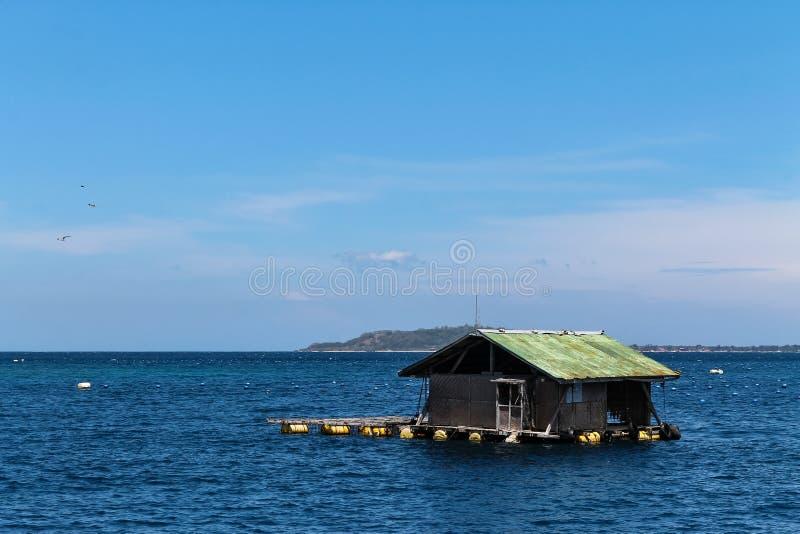 Sväva trähuset precis av kusten av Lombok royaltyfri bild