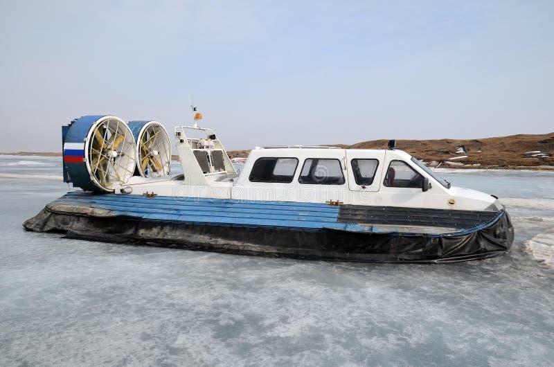 Svävfarkost skyttel för för rörelse på isen, på skeppsdockan i den stora Goloustnoye byn royaltyfri fotografi