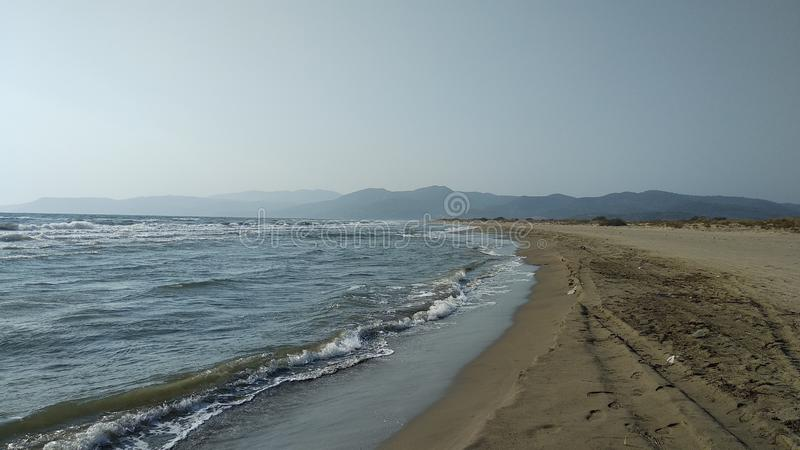 Svår dag på havskusten royaltyfri fotografi