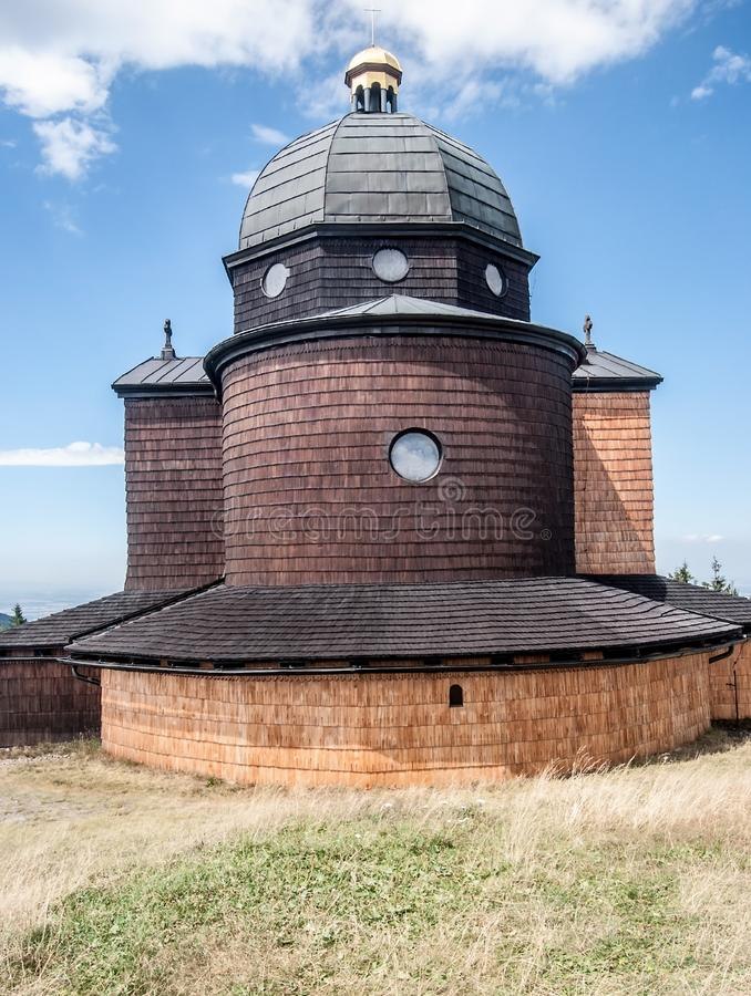sv的教堂 西里尔在Radhost小山的Metodej在捷克共和国的Moravskoslezske Beskydy山 库存照片