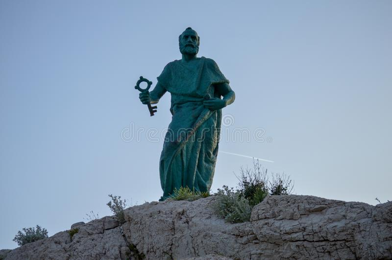 Sv Petra纪念碑在马卡尔斯卡市 亚得里亚海海岸,达尔马提亚,克罗地亚 免版税库存照片