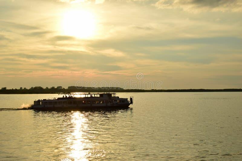 Sv?va p? flodfartyget arkivbild