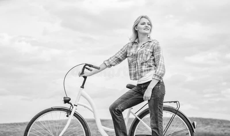 Svago attivo ed attività sana Bicicletta del modello dell'incrociatore di giro della ragazza Più rispettoso dell'ambiente il più  immagini stock libere da diritti