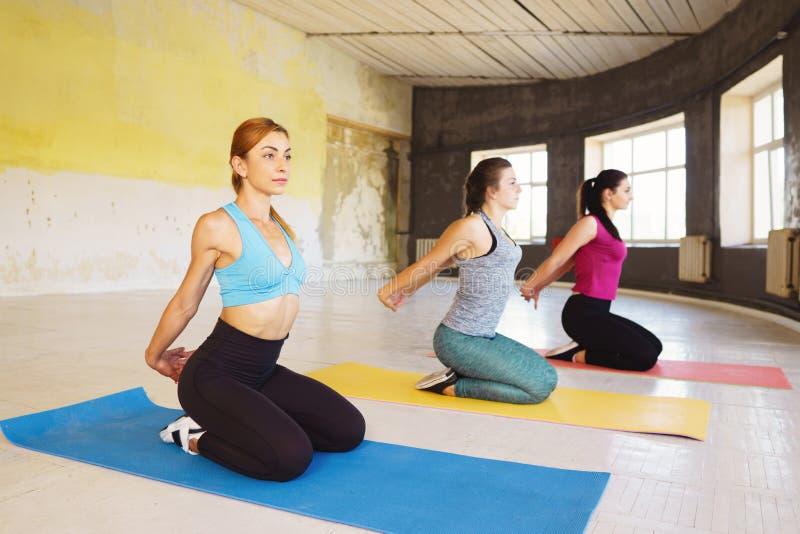 Svago, sport, forma fisica, classe di yoga, rilassamento, equilibrio, flexib fotografie stock libere da diritti
