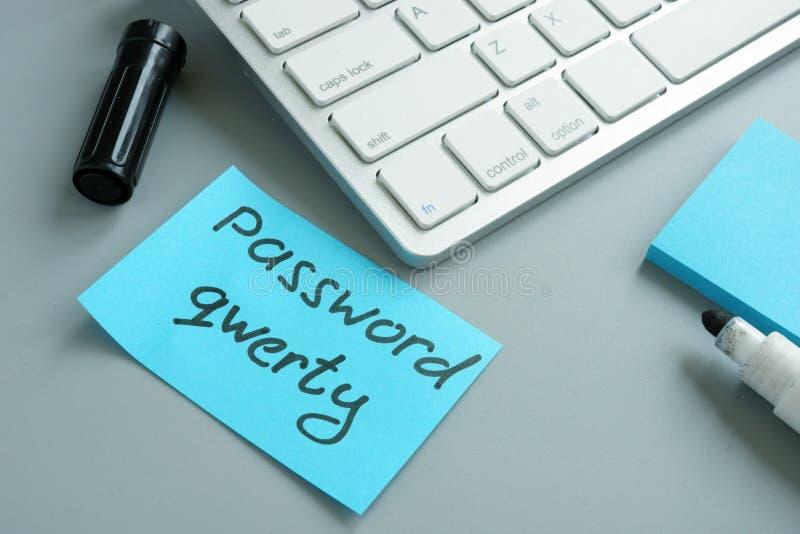 Svagt lösenord som är QWERTY på en minneslistapinne arkivfoton