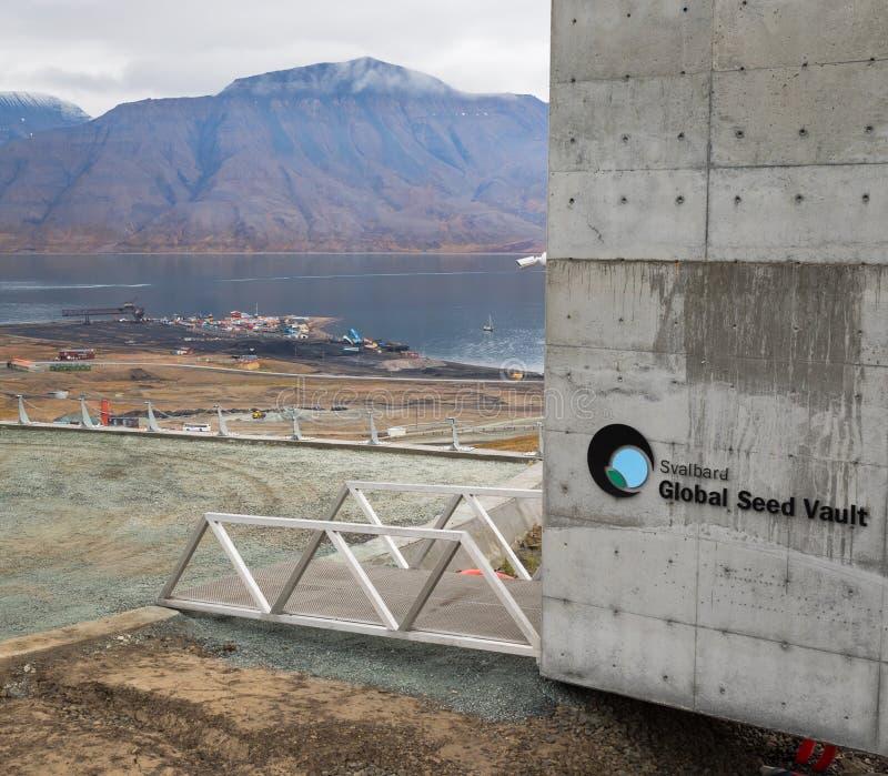 Svalbard Globale Zaadkluis en haven voor ladingssteenkool in backgr royalty-vrije stock foto's