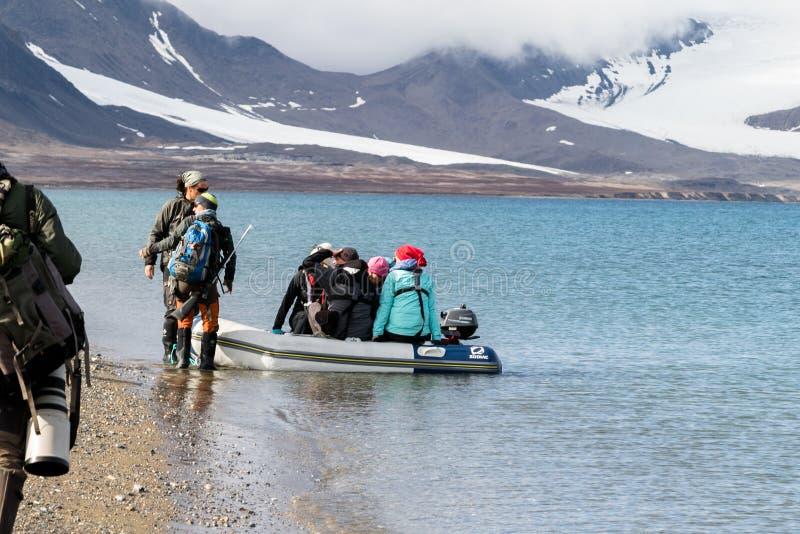 Svalbard, Noruega, o 3 de agosto de 2017: Turistas que incorporam o zodiak inflável na ilha Prins Karls Forland, após a fotografia de stock