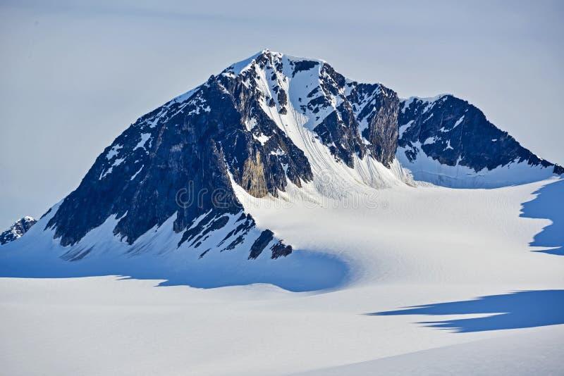 Svalbarden fjordMagdalenafjord berg med snö fotografering för bildbyråer