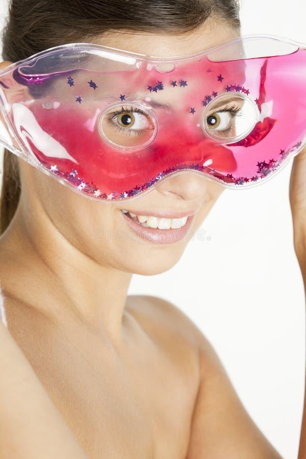 svalnande ansikts- maskeringskvinna royaltyfri foto