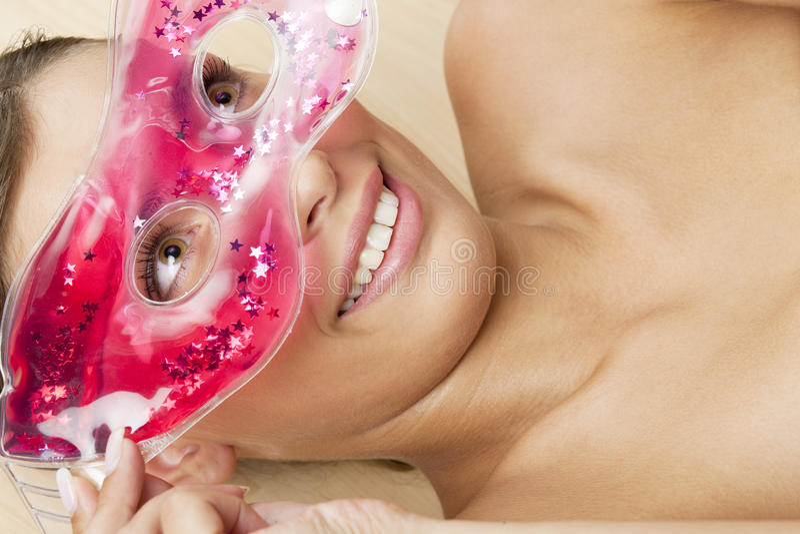 svalnande ansikts- maskeringskvinna royaltyfria foton