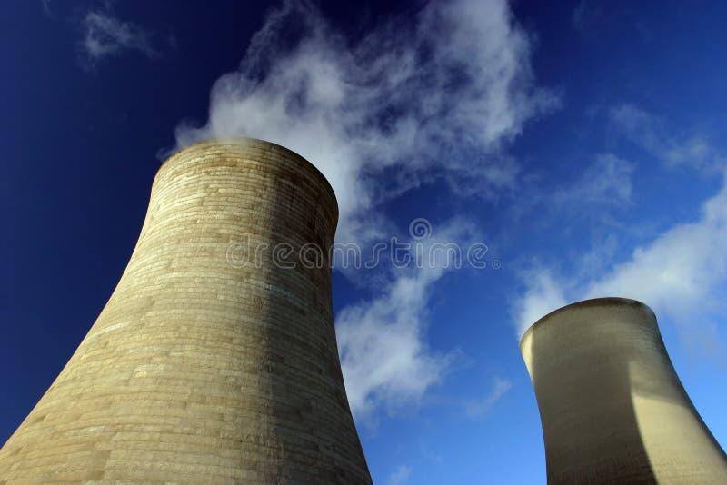 svalnande torn för strömstation arkivbilder