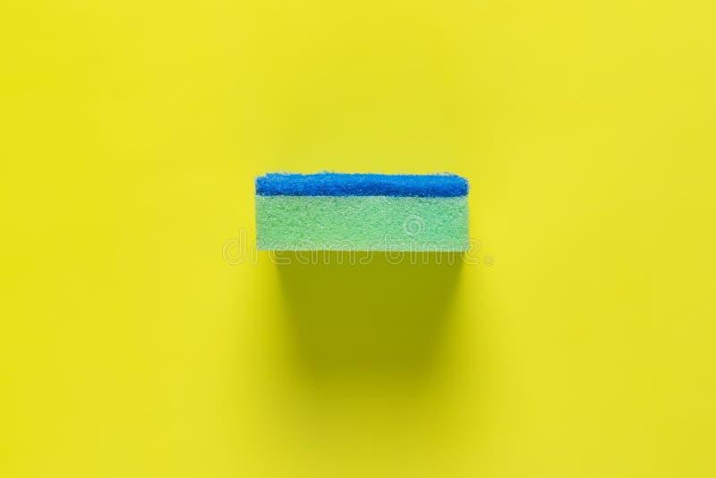 Svamp för tvättande disk som isoleras på färgrik bakgrund b arkivbilder