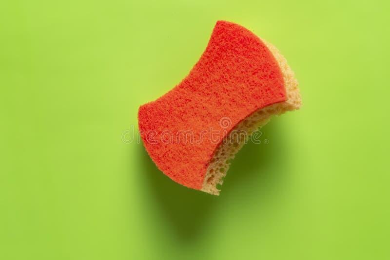 Svamp för tvättande disk som isoleras på färgrik bakgrund b arkivbild