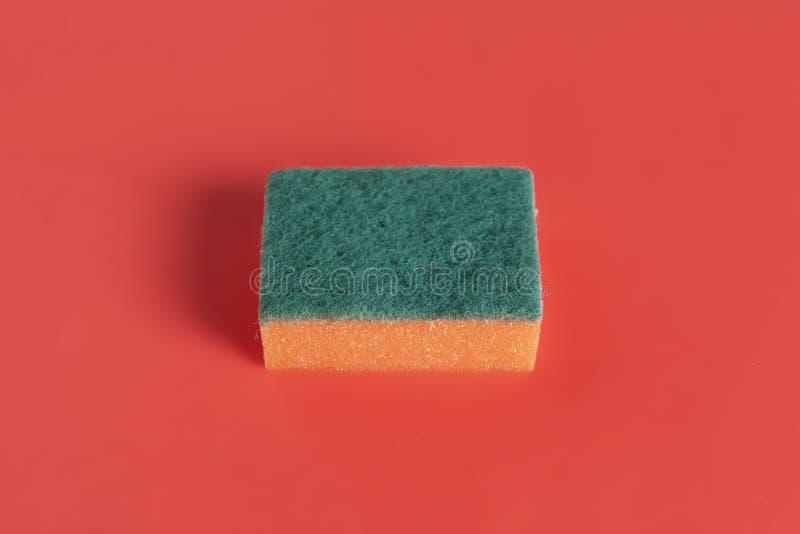 Svamp för tvättande disk som isoleras på färgrik bakgrund b royaltyfri foto