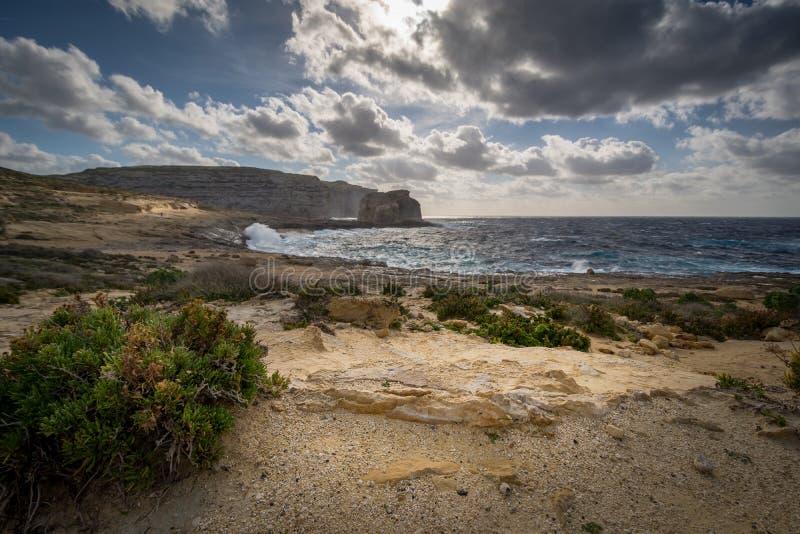 Svampen vaggar i den Dwejra fjärden, Malta Gozo royaltyfri foto