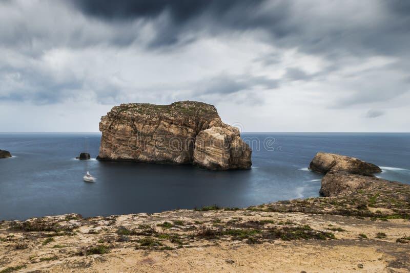 Svampen vaggar, på segla utmed kusten av Gozo, Malta royaltyfria bilder