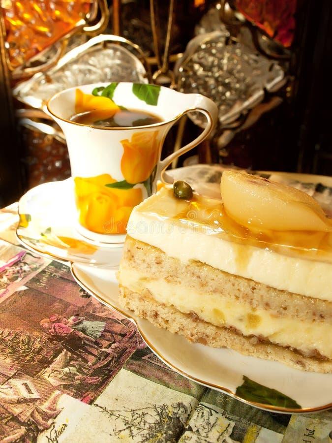 Svamppearcake med slapp praline i cafe royaltyfri bild