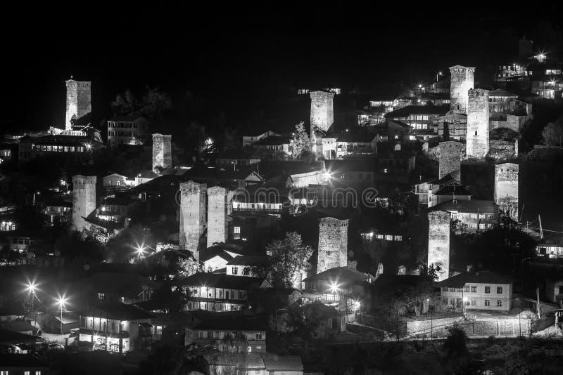Svan塔看法与夜照明的在Mestia村庄在晚上 Svaneti,乔治亚 E 免版税图库摄影
