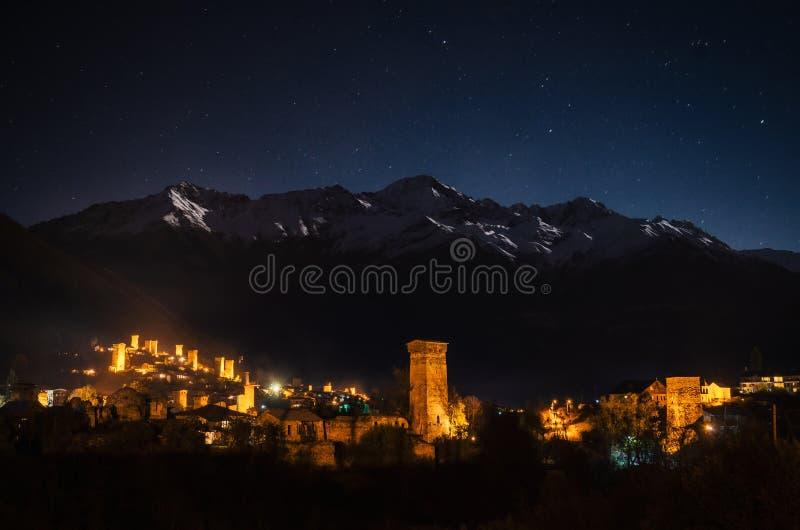 Svan耸立与照明在Mestia在晚上, Svaneti,乔治亚 库存图片