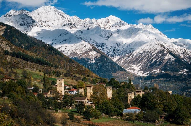 Svan eleva-se em Mestia contra montanhas, Svaneti, Geórgia fotos de stock