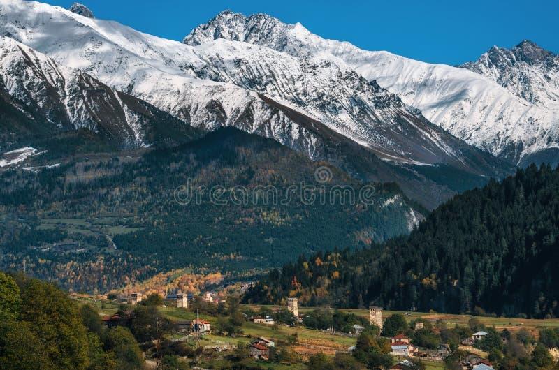Svan eleva-se em Mestia contra montanhas, Svaneti, Geórgia fotos de stock royalty free