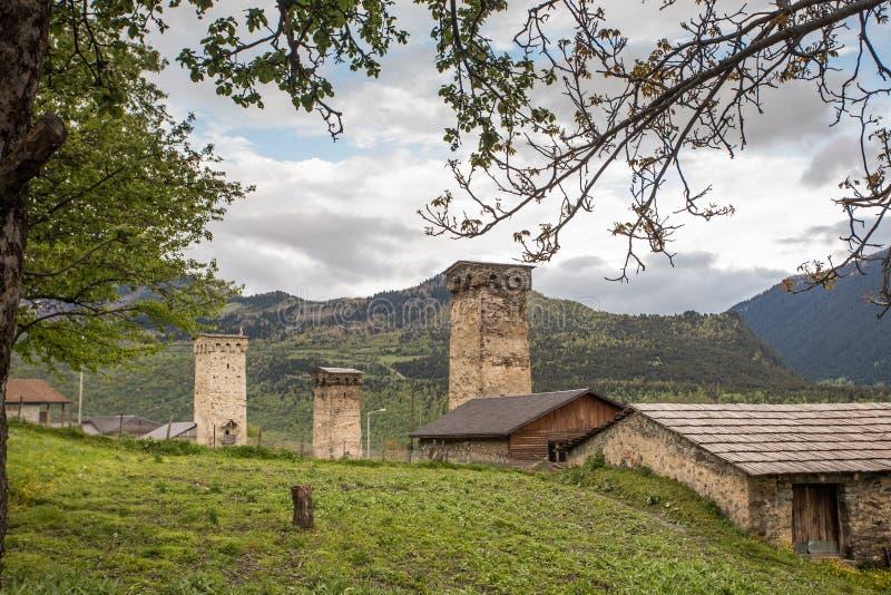 Svan si eleva in Mestia all'alba, Svaneti, la Georgia immagini stock