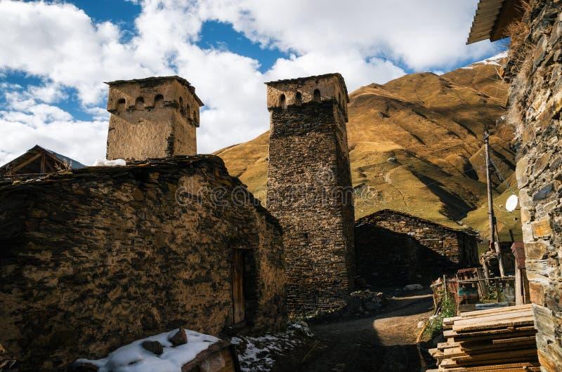 Svan torn och machubhus med stenhällen, Ushguli, Svaneti, Georgia arkivbild