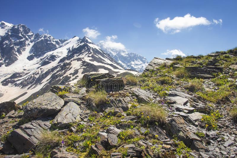 Svaneti落矶山脉在乔治亚环境美化在晴朗的夏日 岩石和石头在山山坡  免版税库存图片
