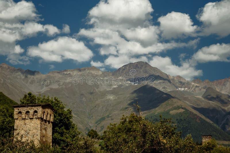 Svanetian的看法在Mestia村庄耸立 上部Svaneti, G 免版税库存照片