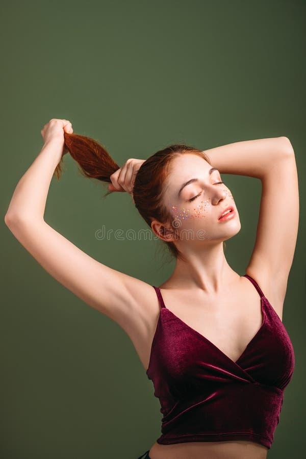 Svans för ponny för ung kvinna för hårskönhetomsorg royaltyfri fotografi