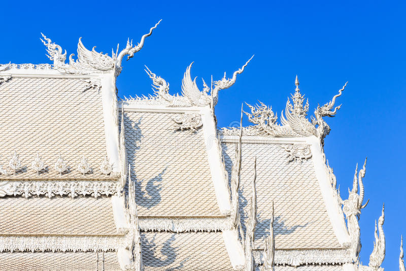 Svanstatyer på taket royaltyfri foto