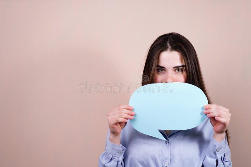Svar tanke, idé Kvinna med anf?randebubblan fotografering för bildbyråer
