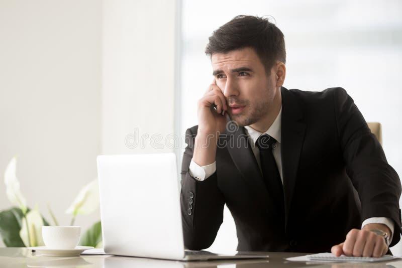 Svarande påringning för affärsman på skrivbordet i regeringsställning arkivbilder