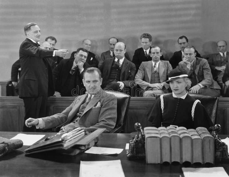 Svaranden med advokaten och juryn (alla visade personer inte är längre uppehälle, och inget gods finns Leverantörgarantier som dä royaltyfria foton